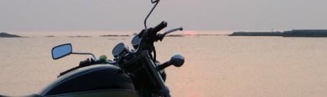 オートバイクと夕日